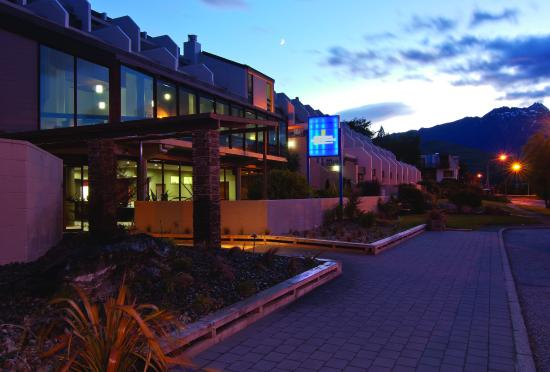 Copthorne Hotel & Apartments Queenstown Lakeview: Exterior at Dawn
