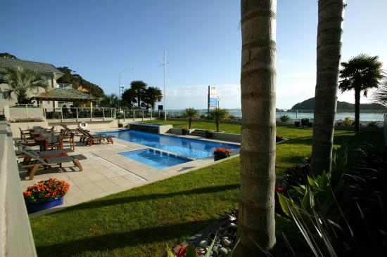 Kingsgate Hotel Autolodge Paihia: Exterior - View over Pool