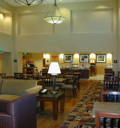 Hampton Inn & Suites Highland: Mix Lobby