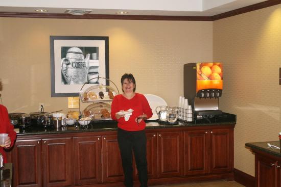 Hampton Inn Harrison: Breakfast Server