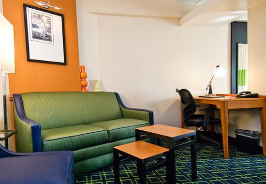 Plainville, CT: Executive Suite Living Area