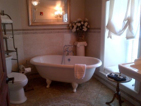 Chestnut Hill Bed & Breakfast Inn: Bathroom of bridal suite