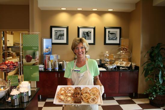 Hampton Inn Elkhorn: Friendly Breakfast Staff