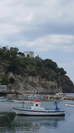 Luchino Visconti Museum - Villa La Colombaia : Вид на виллу Коломбайа с набережной в Laco Almena