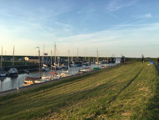 Delfzijl, Holland: Am Hafen, oberhalb des Fischrestaurant. Mit Blick in den Dollard