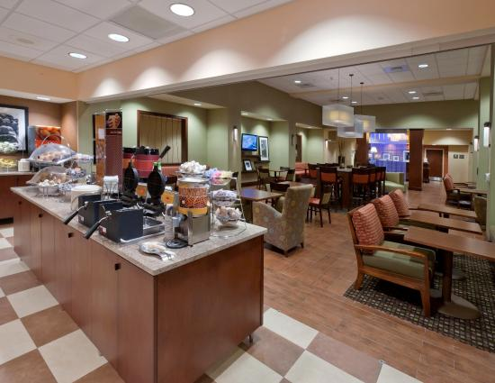 Hampton Inn & Suites Winston-Salem / University Area: Breakfast Area