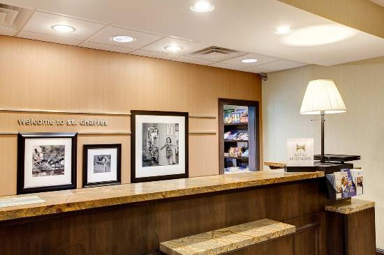 Hampton Inn & Suites Chicago-Saint Charles: Front Desk