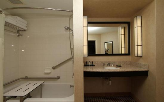 Ромулус, Мичиган: Accessible Tub