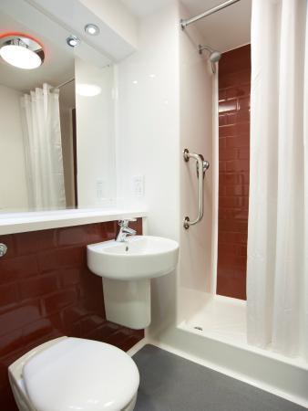 Travelodge Edinburgh Central Rose Street: Bathroom with Shower