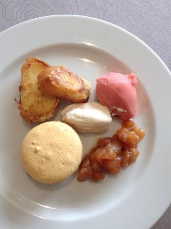 Vic-en-Bigorre, France: Brioche façon pain perdu, glace fraise, macaron banane caramel et pommes caramélisées