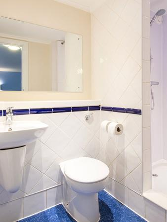 Frimley Green, UK: Bathroom with Shower