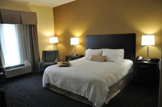 Hampton Inn Winfield: King Standard Guest Room
