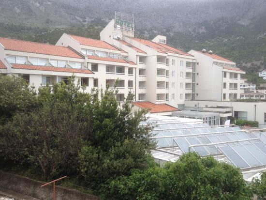 Hotel Quercus: Le site de Drvenik, l'hôtel vu de côté, l'allégorie de la mer