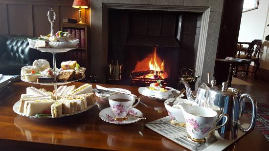 Tigh na Sgiath Country House Hotel: We enjoyed watching it snow next to the fire :)