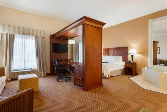 Hampton Inn & Suites Detroit/Chesterfield Township: 1 King Suite with Whirlpool