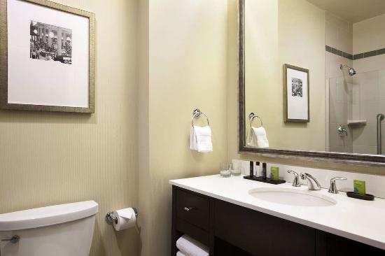 إيمباسي سويتس سان لويس - داون تاون: King Suite Bathroom