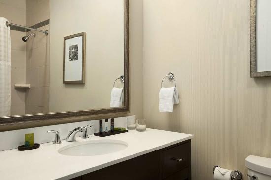 إيمباسي سويتس سان لويس - داون تاون: Queen Suite Bathroom