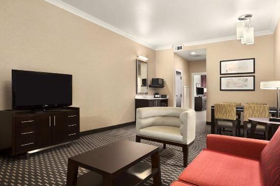 إيمباسي سويتس سان لويس - داون تاون: Suite Living Room