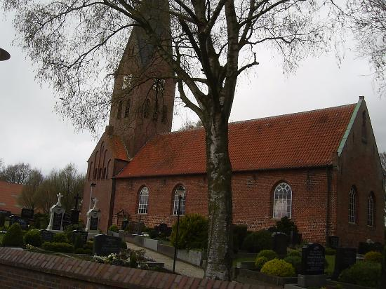 Hesel, Germany: Der Friedhof ist um die Kirche angelegt.