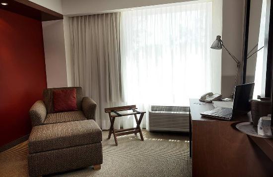 Hampton Inn by Hilton Guadalajara/Expo: Work Area with Sofa