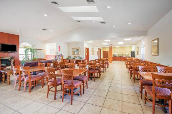 Econo Lodge Airport at Raymond James Stadium: Breakfast