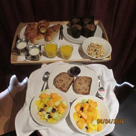 Le Petit Hotel: Breakfast for 2. The fruit salad and raisin bread were great and the croissants were always fres