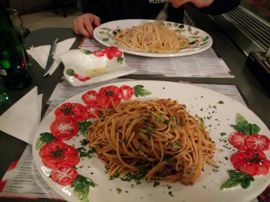 Spaghetti Al Ragu Alla Bolognese E Spaghetti Alla Amatriciana Foto