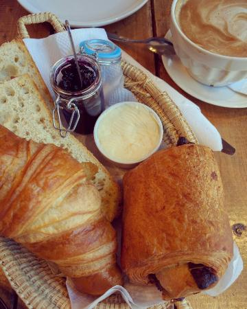 oeuf en cocotte panier de viennoiserie picture of la petite adresse montreal tripadvisor. Black Bedroom Furniture Sets. Home Design Ideas
