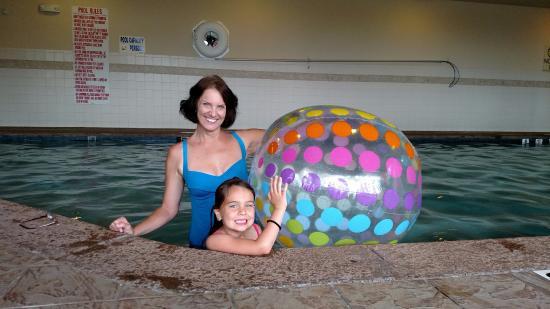 Hilton Garden Inn Atlanta South-McDonough : Fun in the pool - they provided the big beach ball!