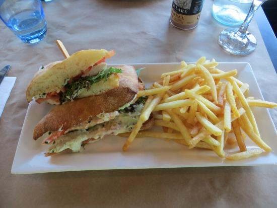 Burwood, Avustralya: Crisp foccacia bread, delicious fresh fillings, the chips were crisp and delicious