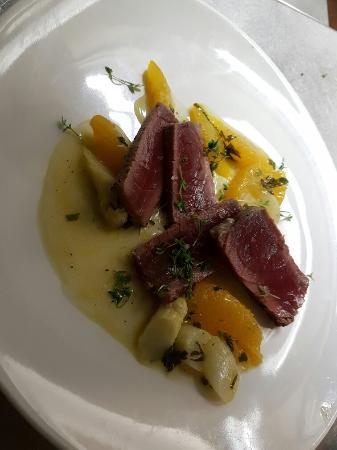 Gebratener Thunfisch mit einer Spargel Vinaigrette