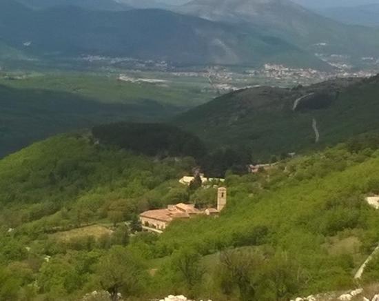 Lucoli, إيطاليا: Abbazia di San Giovanni Battista - veduta dall'alto -