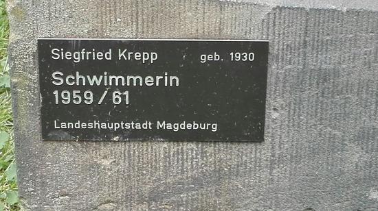 """Skulptur """"Sitzende Schwimmerin"""""""