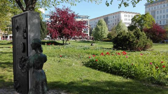 """Skulptur """"Gottin des Glucks"""""""