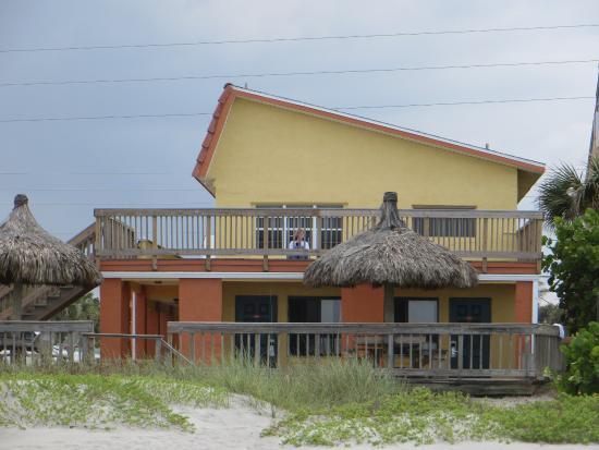 Anthony's On The Beach: La casetta gialla dalla spiaggia. Sono sulla terrazza