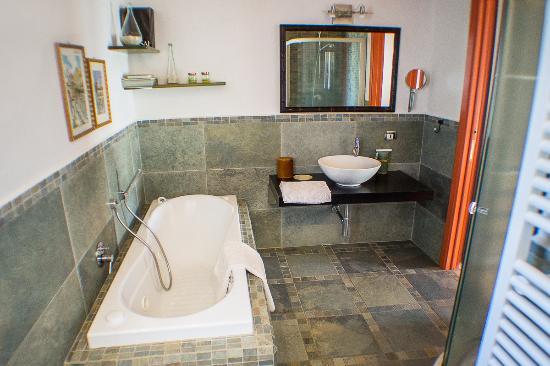 Bagno con jacuzzi e box doccia foto di la cesa casa vacanze san