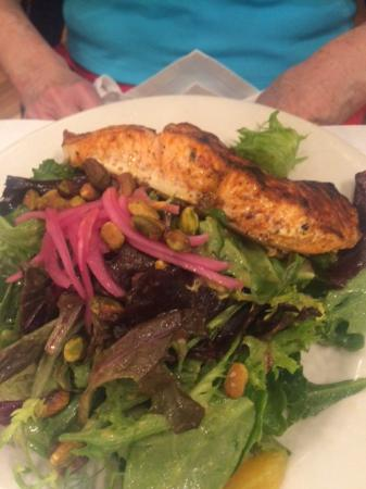 Ocean One Bar & Grille: delicious salmon salad