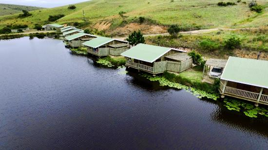 Lake Eland Game Reserve, Güney Afrika: Self-catering chalets over-looking the dam. Beautiful view and enjoy the nature
