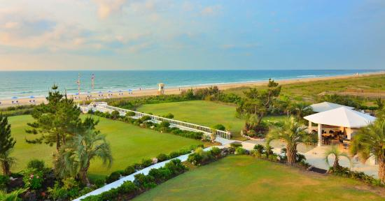 Blockade Runner Beach Resort: Ocean Front Lawn and Gardens