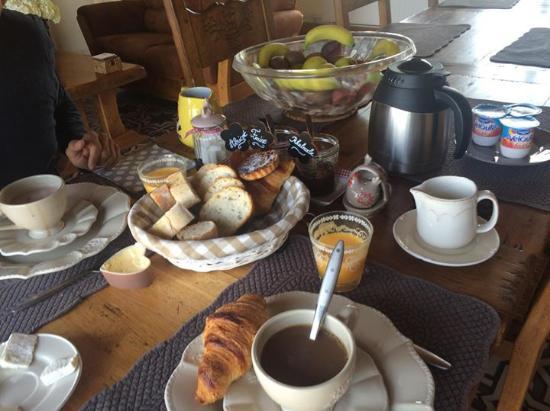 La Haute Muraille : le super déjeuner très complet et délicieux goutter les tartelettes maison pomme cannelle un dél
