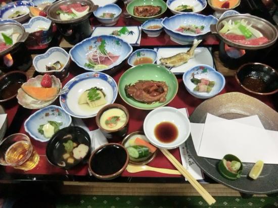 Tenei-mura, Japón: 山菜料理が主でどれもとてもおいしかった。鯉コクも久しぶりに食べました。鮎は焼きたてを運んでくれました。右下にはカレイの唐揚げが揚げたてで後から届きました。