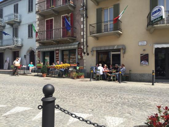 Province of Cuneo, อิตาลี: Tables outside as well as inside