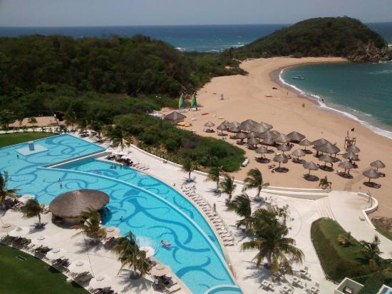 Secrets Huatulco Resort & Spa: Desde la habitación una de las piscinas, vista increíble!