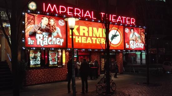 Imperial Theater: Abends vor dem Theater