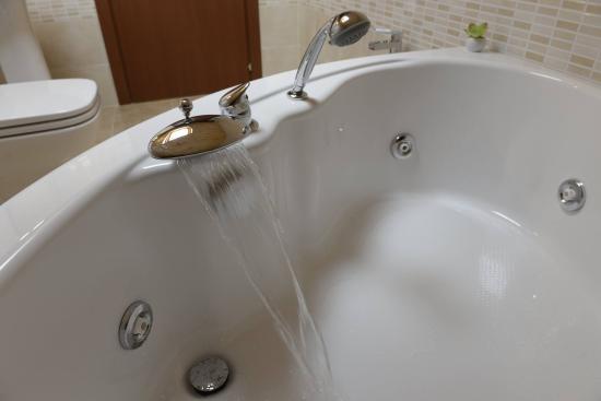 Vasche Da Bagno Jacuzzi Confronta Prezzi : Vasca idromassaggio angolare jacuzzi foto di b b san leonardo