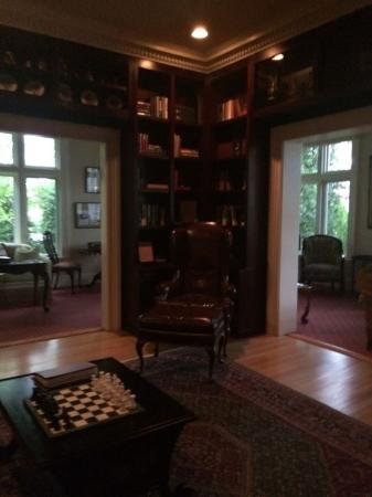 Inn at 202 Dover: Reading room library...