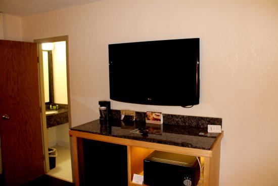 LivINN Hotel St Paul East / Maplewood: TV, Microwave, Fridge and nightlight behind microwave. Room 403