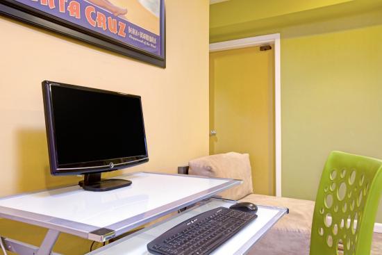 Days Inn and Suites Santa Cruz: Hotel Lobby