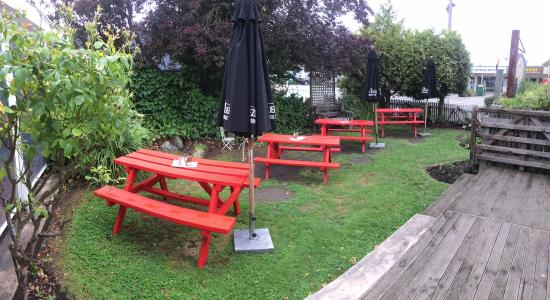 Lincoln, New Zealand: One of the outdoor seating areas