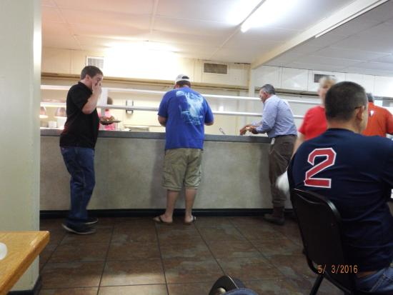Jesup, Georgien: hungry folks at the buffet line